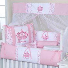 O Kit Berço Imperial Rosa traz as coroas de princesa para o quarto de menina cor de rosa de forma delicada e com muito bom gosto!