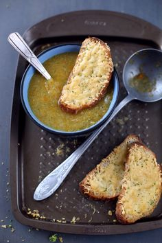 """Un bon bol de soupe chaude le soir, ça fait du bien.Je n'ai pas mixé complètement les légumes pour obtenir un effet """"mouliné"""".Cette recette se sert"""