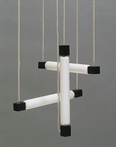 Gerrit Rietveld (Dutch, 1888-1964) Lampe suspendue (1920) Bois, verre, et ampoules tubulaires, produit G. A. Van de Groenekan, Amsterdam © 2012 Artists Rights Society (ARS), New York / Beeldrecht, Amsterdam