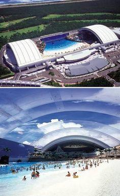 """""""Ocean Dome"""", que se encuentra en Miyazaki, es la más grande piscina cubierta en el mundo. Tiene 300 metros de largo y 100 metros de ancho, y está situado a 500 metros del mar. La temperatura en el interior del pabellón está siempre alrededor de 30 grados, el techo es azul cielo y tiene incluso """"nubes"""". Tiene un volcán artificial y también un sistema de generación de olas artificiales."""