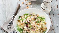 Der fruchtig-würzige Salat ist in 20 Minuten vorbereitet: Apfel-Kohlrabi-Rohkost mit Ziegenkäse und Nüssen | http://eatsmarter.de/rezepte/apfel-kohlrabi-rohkost-mit-ziegenkaese-und-nuessen