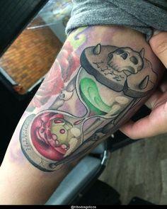 tatuagem new school braço:colorida preta desenho braço no pescoço pequena perna na mao flores tradicional costas #tattoo Tatuagem New School, Gaia, Tattoos, Back Tattoo, Meaning Tattoos, Colorful, Dibujo, Traditional, Flowers