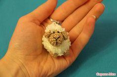 Маленькая игрушка-брелочек овечка