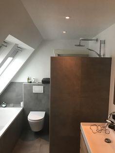 Badkamer onder schuindak. Combinatie betontegel 60x60 met wit stucwerk Bad Inspiration, Bathroom Inspiration, Toilet, Sweet Home, Google, Flush Toilet, House Beautiful, Toilets, Toilet Room