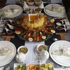 ✨ بصحة غداكم ❤️ السفة المغربية مرفوقة بالمشاوي المتبلة بالطريقة المغربية 😋 . . By @beauty_by__amina  #المملكة_المغربية  #شهيوات_مغربية… Morrocan Food, Moroccan Kitchen, Moroccan Table, Brunch Recipes, Baby Food Recipes, Cooking Recipes, Tasty, Yummy Food, Iftar