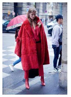 hot item : ファーコート。good outfits : 赤の同色系コーデ。