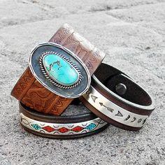 De cuero y pulsera brazalete de plata - viejo peón horquilla - riendas de cuero Vintage - estampado plata brazalete  Nos reutilizar un elemento hermoso, de peón de plata para servir como la pieza central de esta pulsera brazalete de cuero hecho a mano. La pieza central era originalmente un pasador de pelo hecho a mano por un platero de Navajo, circa mediados del siglo XX. Esta hermosa pieza características mano estampada diseños que flanquean una flecha en el centro. La parte posterior de la…