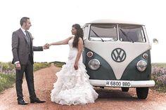 Nuestra novia #innovias Mireia eligió una Volkswagen clásica para su boda. Tips #innovias para decorar el coche de boda https://innovias.wordpress.com/2017/01/27/inspiracion-innovias-como-decorar-el-coche-de-boda/