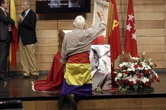 Las imágenes del recuerdo en la Capilla Ardiente de Santiago Carrillo. http://www.rtve.es/mediateca/fotos/20120919/capilla-ardiente-santiago-carrillo/101355.shtml