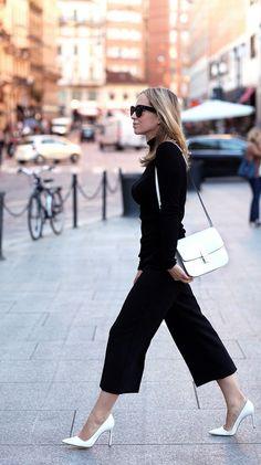 Utiliza tus tacones blancos como acento para tu look. Combina tus zapatos con looks completamente negros para acudir a algún evento formal, sólo procura llevarlos de día.