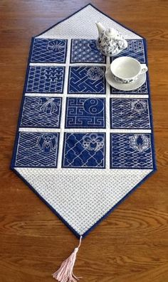 Quilted table runner with sashiko embroidery / Advanced Embroidery Designs Free Machine Embroidery Designs, Hand Embroidery Patterns, Embroidery Kits, Embroidery Books, Embroidery Stitches, Embroidery Scissors, Embroidery Supplies, Embroidery Jewelry, Art Patterns