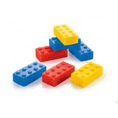 Kinderen zijn dol op zeep! Vooral als de kleine, kleurrijke bouwsteen zepen stapelbaar zijn. Wat? Je bent een volwassene? Geen probleem, jij mag er ook één.  Set van 3 zepen (1blauw, 1 rood en 1 geel).  PH-neutraal met een lekker geurtje!