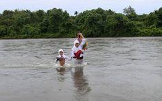 Sumatra, Indonesia. Bambini e ragazzi di 46 famiglie del villaggio indonesiano di Nagari Koto Nan Tigo devono guadare il fiume due volte al giorno per andare a scuola. Basterebbe costruire un ponte per facilitare loro il compito