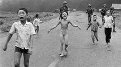 10 photos qui ont bouleversé le monde | La fillette au napalm | La photo de cette enfant nue, qui fuit les bombes américaines, est l'une des plus célèbres de l'histoire. Elle a été prise le 8 juin 1972 par le photographe américain Nick Ut. Cette image, qui immortalise les horreurs de la guerre du Vietnam, a fait la une des médias du monde entier.