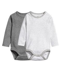 Dark gray melange. CONSCIOUS. Long-sleeved bodysuits in soft ribbed jersey made from organic cotton with snap fasteners on one shoulder and at gusset.
