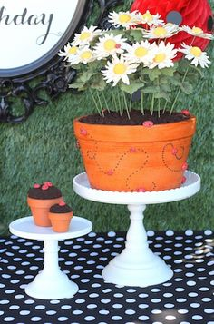 How cute is this Ladybug Birthday cake from @Linda Bruinenberg Faltynkova-Berman Kreations !