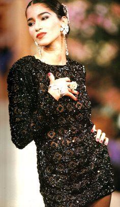 Model Gurmit in Yves Saint Laurent Haute-Couture Printemps/Eté 1990.-Tunique pailletée brodée avec des motifs de treillis marocains.