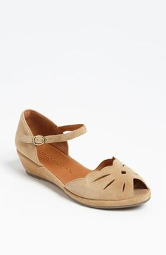 Wedge sandal.