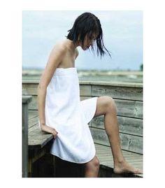 Pareo de baño 100% algodón 420gr. m2. Pareo de rizo con elástico. Cierre con tapa autoagarrante.Color blanco. Pack de 25 unidades. Talla única.