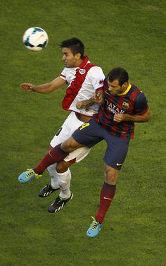 Javier Mascherano salta con Alberto Bueno