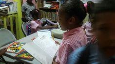 Leer una dedicatoria que es el primer poema de otro libro.  ¡Y la dedicatoria es para el Infantil de Colores en República Dominicana.