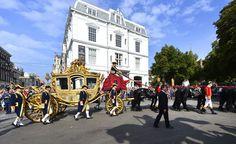 De gouden koets met koning Willem-Alexander en koningin Máxima vertrekt bij paleis Noordeinde op Prinsjesdag.