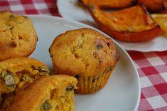 Van már egy igen jó sütőtökös muffin receptem itt a blogon, de amikor a kezembe került egy fénymásolt recept a masszőrnél, úgy gondoltam, egy próbát ez is megér. A férjem azt mondta, hogy ez volt a legjobb muffin, amit valaha evett, a lányom meg azt, hogy minek próbálkozni mással…