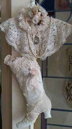 Stoffen laars gemaakt met kant etc...kanten kraag en kransje met rozetten. ...Nelleke Verkouter