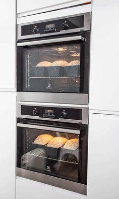 """Metoden går ut på å strekke et """"hjørne"""" på deigen og brette det over deigen. Wall Oven, Side Dishes, Kitchen Appliances, Bread, Vegan, Baking, Cooking Tools, Side Plates, Bakken"""