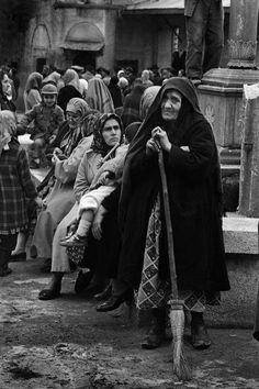 A sweeper and pilgrims waiting in the courtyard of the Eyup Sultan mosque in Istanbul. 1958 by Ara Güler A sweeper and pilgrims waiting in the courtyard of the Eyup Sultan mosque in Istanbul. 1958 by Ara Güler Artistic Photography, White Photography, Street Photography, Great Photos, Old Photos, Paris Match, Islamic World, Magnum Photos, World Cultures