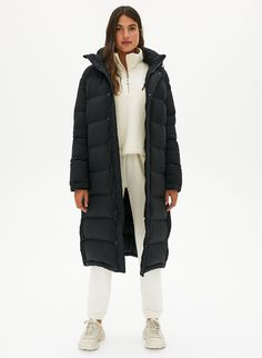 No winter coat balances style and practicality quite as effortlessly as the down jacket. Long Winter Jacket, Long Winter Coats, Winter Looks, Long Black Puffer Coat, Black Jacket Outfit, Pants Outfit, Winter Jackets Women, Long Jackets, Puffer Jackets