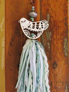 Borla de pajarito calado Diy Crafts Love, How To Make Tassels, Crochet Mobile, Romantic Shabby Chic, Fabric Garland, Wine Cork Crafts, Easy Art Projects, Tassel Jewelry, Diy Christmas Gifts