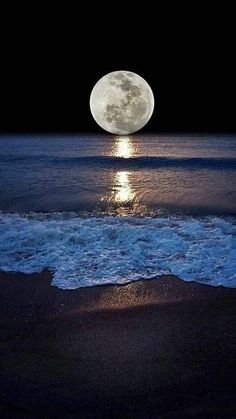 Shoreline and the moon. Moonlight and Night Sea View Beautiful Moon, Beautiful Places, Ciel Nocturne, Image Nature, Shoot The Moon, Moon Photography, Moonlight Photography, Galaxy Wallpaper, Moon Art