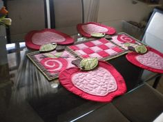 Conjunto de 4 jogos americanos em formato de maçã e um centro de mesa para acomodar as travessas. pode ser vendido separadamente, sendo R$ 30,00 cada maçã e R$ 45,00 o centro de mesa. tecido algodão com manta e apliques. As cores podem ser de acordo com sua preferência e disponibilidade de tecidos.