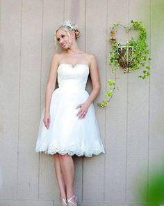 Dica para noivas baixinhas: procure um vestido que crie movimento e alongue sua silhueta. Os modelos mais curtinhos dão um charme extra ao seu visual. Mas o mais importante de tudo sempre: SINTA-SE LINDA SEJA QUAL FOR O MODELO QUE ESCOLHER!