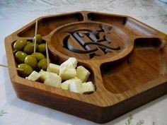 Wooden Wedding Gifts, Groomsmen gifts by IntraSStudio Cnc Projects, Wooden Projects, Woodworking Projects Diy, Wood Crafts, Rustic Kitchen Island, Rustic Kitchen Design, Rustic Plates, Wooden Plates, Wood Tray