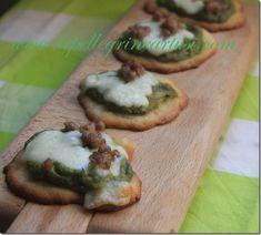 Pizzette al pesto di broccoli con salsiccia e scamorza