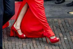 La Reina Letizia con peep toes rojos de saten