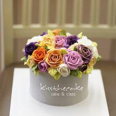 Buttercream flower cake.. #cake #cakeicing #buttercream #flower #flowers #flowercake #buttercreamflowers #flowercake #kissthecake #blossom #wreath #instalike #cakes #케익 #케이크 #플라워케이크 #꽃 #버터크림 #키스더케이크