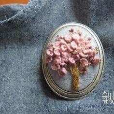 《입체자수 꽃 나무 열매》p.105 복숭아나무 입체자수 브로치 #소금빛자수 #입체자수 #모사자수실 #자수재료 #입체자수꽃나무열매 #손끝에서피는꽃과자수 #자수 #서양자수 #유럽자수 #프랑스자수 #자수타그램 #embroidery #stumpwork