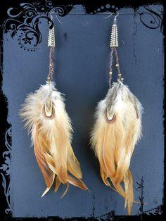 Longues boucles d'oreilles en plumes naturelles et macramé.