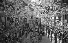 Corrala engalanada para la verbena de la Paloma, en 1953. Los blogs de Madrid explican, por ejemplo, el origen de estas fiestas.