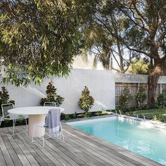 And the pool and deck. Such a perfect entertaining space. I can so imagine relaxing here while watching the kids swim and play. Outdoor Patio Designs, Pergola Designs, Outdoor Pool, Outdoor Decor, Outdoor Ideas, Contemporary Outdoor Lighting, Contemporary Outdoor Furniture, Alfresco Area, Modern Pergola