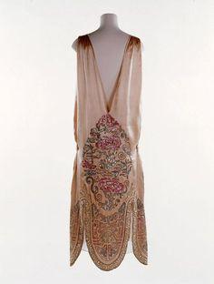 Flapper Dress, Norman Hartnell: 1924-1926, embroidered satin. @Deidra Brocké Wallace Beautiful embroidered bead work...: