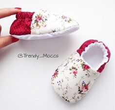 1 million+ Stunning Free Images to Use Anywhere Baby Shoes Pattern, Shoe Pattern, Cute Baby Shoes, Baby Girl Shoes, Handmade Baby Clothes, Diy Tote Bag, Baby Sewing Projects, Baby Couture, Creation Couture