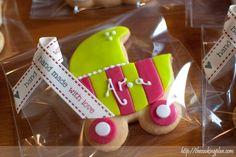 [ Las galletas de Aroa ] Las galletas son un bonito detalle en muchas ocasiones: cumpleaños, nacimientos, bautizos…. (y últimamente no nos falta de este tipo de celebraciones :) )). En esta ocasión los papis de Aroa nos pidieron que les hiciésemos unas galletas para regalar a sus amistades en nombre de su pequeñaja que ya tiene 4 mesecitos.