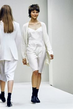Prada Spring 1994 Ready-to-Wear Fashion Show Collection: See the complete Prada Spring 1994 Ready-to-Wear collection. Look 36 Milan Fashion Weeks, New York Fashion, 90s Fashion, Couture Fashion, High Fashion, Fashion Outfits, London Fashion, Vogue Fashion, Stockholm Street Style