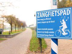 Zangfietspad, uit volle borst zingen op de fiets. Ik pleit voor meer zangfietspaden in Nederland, lekker ongegeneerd meezingen op de fiets. #zangfietspad #zingen #fiets #minder #chagrijn #humor