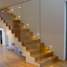 Concrete staircase with oak steps and glass - Adele Homepage Stairs Joinery, Concrete Staircase, Wooden Staircases, Wooden Stairs, Modern Staircase, Staircase Design, Modern Small House Design, House Front Design, Contemporary Kitchen Design