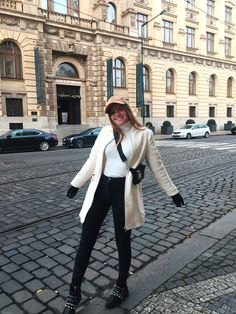 Winter Coat Outfits, Ootd Winter, Europe Outfits, Italy Outfits, Amsterdam Outfit, Prague Winter, Italy Winter, Girls Winter Fashion, Prague Travel